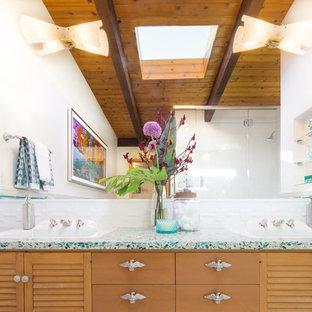 Свежая идея для дизайна: большая ванная комната в стиле ретро с плоскими фасадами, темными деревянными фасадами, угловым душем, белой плиткой, керамогранитной плиткой, белыми стенами, полом из керамогранита, душевой кабиной, накладной раковиной, столешницей из переработанного стекла, белым полом и душем с распашными дверями - отличное фото интерьера