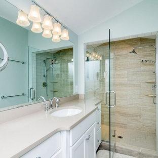 Idee per una grande stanza da bagno con doccia minimalista con ante con riquadro incassato, ante bianche, doccia a filo pavimento, WC a due pezzi, piastrelle beige, piastrelle marroni, piastrelle in gres porcellanato, pareti blu, lavabo sottopiano e top in superficie solida