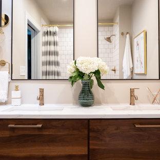 Ispirazione per una stanza da bagno con doccia moderna di medie dimensioni con ante lisce, ante in legno bruno, doccia alcova, WC a due pezzi, piastrelle bianche, piastrelle diamantate, pareti beige, lavabo sottopiano, top in marmo, pavimento blu, doccia con tenda e top bianco