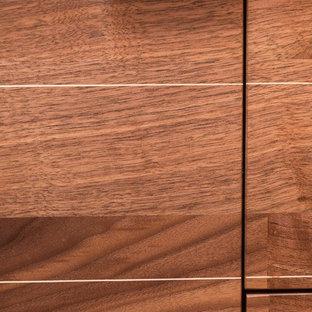 デンバーの小さいミッドセンチュリースタイルのおしゃれなバスルーム (浴槽なし) (フラットパネル扉のキャビネット、茶色いキャビネット、アルコーブ型浴槽、アルコーブ型シャワー、一体型トイレ、白いタイル、磁器タイル、白い壁、セラミックタイルの床、コンソール型シンク、コンクリートの洗面台、グレーの床、シャワーカーテン、青い洗面カウンター) の写真