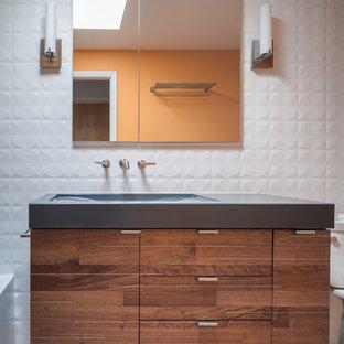 Kleines Mid-Century Duschbad mit flächenbündigen Schrankfronten, braunen Schränken, Badewanne in Nische, Duschnische, Toilette mit Aufsatzspülkasten, weißen Fliesen, Porzellanfliesen, weißer Wandfarbe, Keramikboden, Waschtischkonsole, Beton-Waschbecken/Waschtisch, grauem Boden, Duschvorhang-Duschabtrennung und blauer Waschtischplatte in Denver