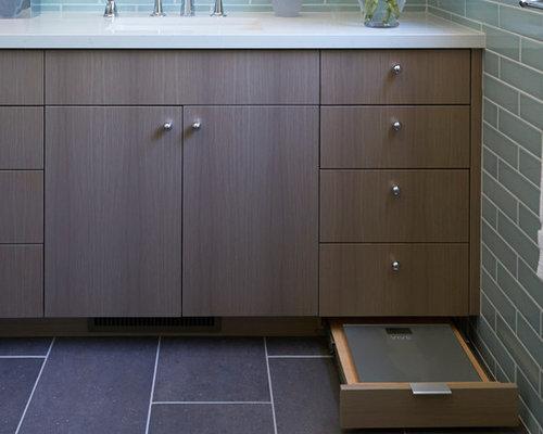 Salle de bain r tro avec un mur beige photos et id es for Customiser une porte de placard