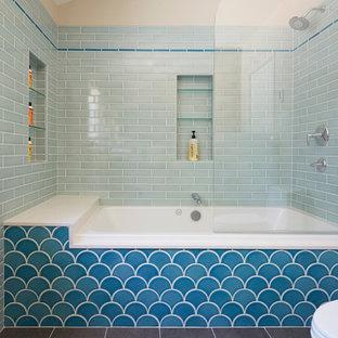 Immagine di una stanza da bagno costiera di medie dimensioni con vasca ad alcova, vasca/doccia, piastrelle blu, piastrelle in ceramica, pavimento in gres porcellanato e doccia aperta