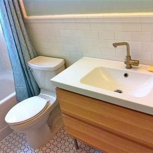 Diseño de cuarto de baño retro, pequeño, con armarios tipo mueble y puertas de armario de madera clara