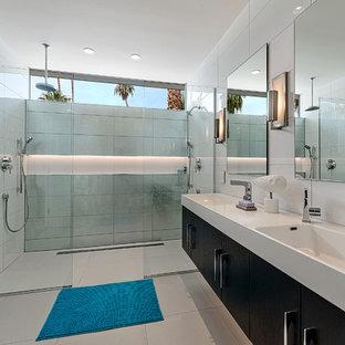 Foto di una stanza da bagno con doccia minimalista con lavabo rettangolare, ante lisce, ante in legno bruno, doccia doppia, piastrelle bianche e pareti bianche
