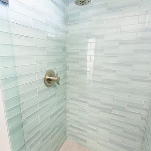 Foto di una piccola stanza da bagno con doccia minimalista con lavabo integrato, ante lisce, ante in legno scuro, doccia alcova, piastrelle blu, piastrelle di vetro, pareti grigie e pavimento con piastrelle in ceramica