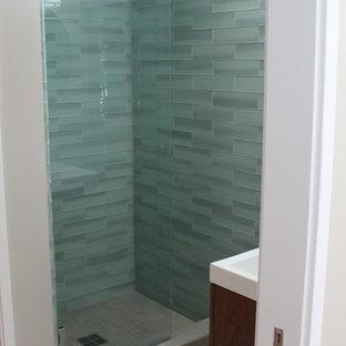Foto de cuarto de baño vintage, pequeño, con armarios con paneles lisos, baldosas y/o azulejos azules, baldosas y/o azulejos de vidrio, paredes grises y suelo de baldosas de cerámica
