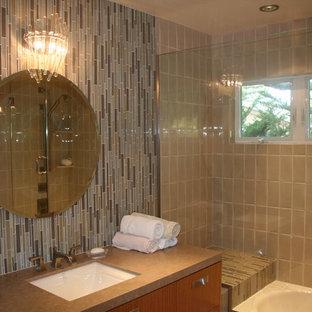 Kleines Retro Kinderbad mit Unterbauwaschbecken, flächenbündigen Schrankfronten, hellbraunen Holzschränken, Marmor-Waschbecken/Waschtisch, Eckbadewanne, beigefarbenen Fliesen, Keramikfliesen und bunten Wänden in San Francisco
