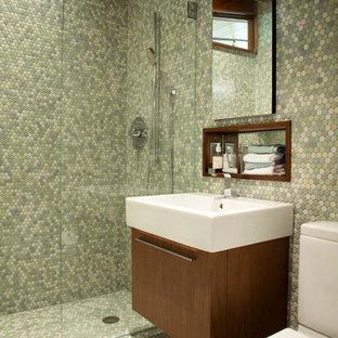 Foto di una piccola stanza da bagno con doccia moderna con lavabo integrato, ante lisce, ante in legno scuro, doccia alcova, WC a due pezzi, piastrelle verdi, piastrelle a mosaico, pareti verdi, pavimento con piastrelle a mosaico e pavimento verde