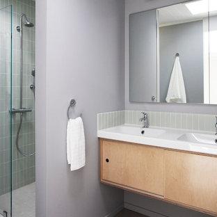 Diseño de cuarto de baño retro con lavabo suspendido, armarios con paneles lisos, puertas de armario de madera clara, ducha empotrada, baldosas y/o azulejos grises y baldosas y/o azulejos de cemento