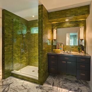 Ispirazione per una stanza da bagno moderna con ante lisce, ante nere, doccia alcova, piastrelle verdi, piastrelle diamantate e top grigio
