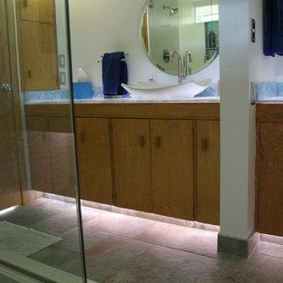 Ejemplo de cuarto de baño principal, retro, de tamaño medio, con lavabo sobreencimera, armarios con paneles lisos, puertas de armario de madera oscura, encimera de acrílico, paredes blancas y suelo de baldosas de porcelana