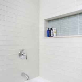 Ejemplo de cuarto de baño vintage, grande, con armarios con paneles empotrados, puertas de armario de madera clara, bañera esquinera, combinación de ducha y bañera, baldosas y/o azulejos blancos, baldosas y/o azulejos de vidrio y encimera de cuarcita