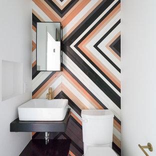 Idéer för att renovera ett litet retro svart svart badrum, med öppna hyllor, svarta skåp, en dusch i en alkov, en toalettstol med hel cisternkåpa, flerfärgad kakel, flerfärgade väggar, terrazzogolv, ett konsol handfat, träbänkskiva, flerfärgat golv och dusch med gångjärnsdörr
