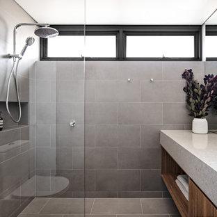 Kleines Modernes Badezimmer En Suite mit braunen Schränken, Nasszelle, Toilette mit Aufsatzspülkasten, grauen Fliesen, Porzellanfliesen, grauer Wandfarbe, Porzellan-Bodenfliesen, Unterbauwaschbecken, Quarzwerkstein-Waschtisch, grauem Boden, offener Dusche, grauer Waschtischplatte, Einzelwaschbecken und schwebendem Waschtisch in Sydney