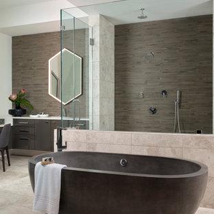 Idéer för ett stort modernt vit en-suite badrum, med släta luckor, skåp i mörkt trä, ett fristående badkar, en dubbeldusch, en toalettstol med hel cisternkåpa, grå kakel, kakelplattor, vita väggar, marmorgolv, ett undermonterad handfat, bänkskiva i kvarts, grått golv och dusch med gångjärnsdörr