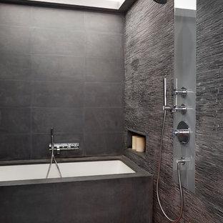 Foto di un'ampia stanza da bagno padronale contemporanea con vasca ad alcova, doccia aperta, piastrelle grigie, piastrelle a listelli, pareti grigie, pavimento in legno massello medio e doccia aperta