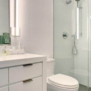 Новый формат декора квартиры: маленькая детская ванная комната в современном стиле с плоскими фасадами, белыми фасадами, ванной в нише, душем над ванной, раздельным унитазом, белой плиткой, плиткой кабанчик, белыми стенами, полом из керамической плитки, монолитной раковиной, столешницей из искусственного камня, оранжевым полом и открытым душем