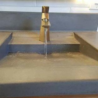 Foto de cuarto de baño bohemio con lavabo integrado y encimera de cemento