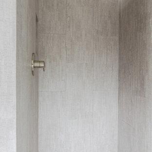 Foto di una stanza da bagno con doccia minimalista di medie dimensioni con ante lisce, ante in legno bruno, doccia alcova, WC a due pezzi, piastrelle grigie, piastrelle in ceramica, pareti grigie, pavimento con piastrelle di ciottoli, lavabo rettangolare e top piastrellato