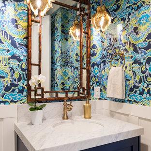 Esempio di una stanza da bagno tropicale con ante in stile shaker, ante blu, pareti multicolore e top bianco