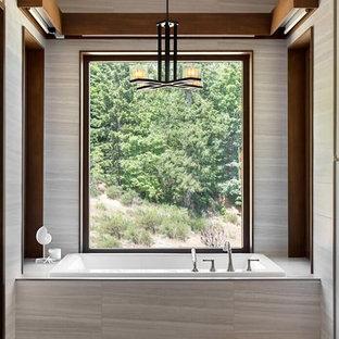 Idéer för funkis en-suite badrum, med ett platsbyggt badkar