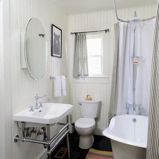 На фото: ванная комната в стиле фьюжн с ванной на ножках и консольной раковиной с