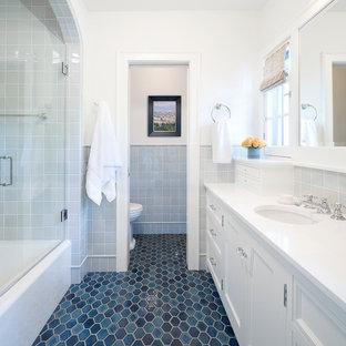 Inspiration för ett vintage vit vitt badrum, med luckor med infälld panel, vita skåp, ett badkar i en alkov, en dusch/badkar-kombination, grå kakel, vita väggar, ett undermonterad handfat och blått golv