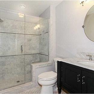 Modelo de cuarto de baño con ducha, tradicional renovado, de tamaño medio, con armarios estilo shaker, puertas de armario negras, ducha empotrada, sanitario de dos piezas, paredes blancas, suelo de linóleo, lavabo bajoencimera y encimera de mármol