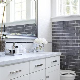 Ejemplo de cuarto de baño clásico renovado con armarios estilo shaker, puertas de armario blancas, baldosas y/o azulejos grises, baldosas y/o azulejos de cemento, lavabo bajoencimera y encimera de mármol