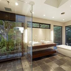 Modern Bathroom by DANIEL HUNTER AIA Hunter architecture ltd.