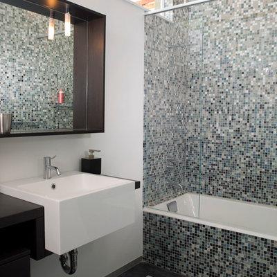 Minimalist bathroom photo in San Francisco with a wall-mount sink