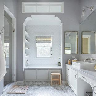 Diseño de cuarto de baño de estilo de casa de campo con lavabo sobreencimera, armarios estilo shaker, puertas de armario blancas, ducha empotrada, baldosas y/o azulejos blancos, paredes grises y suelo con mosaicos de baldosas