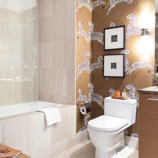 Idee per una piccola stanza da bagno padronale design con lavabo sottopiano, ante lisce, ante in legno scuro, top in marmo, vasca ad alcova, vasca/doccia, WC monopezzo, piastrelle beige, piastrelle in pietra, pareti multicolore e pavimento in pietra calcarea