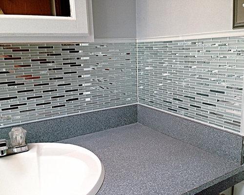 Foto e Idee per Stanze da Bagno - stanza da bagno con top in laminato e piastrelle a specchio