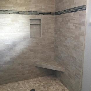 Ispirazione per una stanza da bagno padronale design di medie dimensioni con piastrelle beige, piastrelle di ciottoli, ante con riquadro incassato, ante bianche, pareti grigie, doccia alcova e doccia aperta