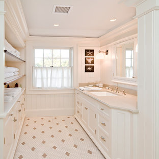 Diseño de cuarto de baño principal, rural, grande, con lavabo tipo consola, puertas de armario blancas, armarios con paneles empotrados, baldosas y/o azulejos blancos, paredes blancas y suelo con mosaicos de baldosas
