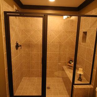Esempio di una stanza da bagno con doccia stile rurale di medie dimensioni con consolle stile comò, ante in legno bruno, doccia aperta, piastrelle beige, piastrelle di cemento, pareti verdi, pavimento in legno massello medio, lavabo da incasso e pavimento marrone