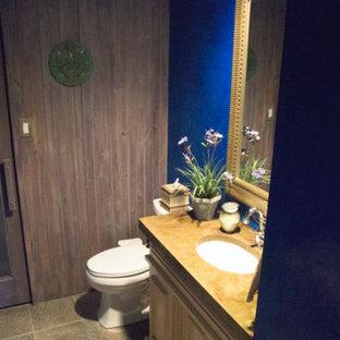 Diseño de cuarto de baño con ducha, actual, de tamaño medio, con armarios tipo mueble, puertas de armario beige, sanitario de dos piezas, baldosas y/o azulejos marrones, paredes azules, suelo de pizarra, lavabo bajoencimera, encimera de esteatita y suelo gris