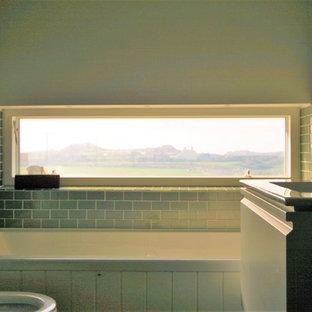 Idee per una piccola stanza da bagno padronale contemporanea con ante a persiana, ante bianche, vasca da incasso, WC monopezzo, piastrelle blu, piastrelle in ceramica, pareti bianche, pavimento con piastrelle in ceramica, lavabo sospeso e top in vetro