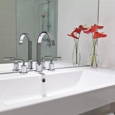 Modern Bathroom by BiglarKinyan Design Planning Inc.