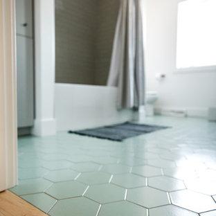 Пример оригинального дизайна: большая детская ванная комната в скандинавском стиле с плоскими фасадами, белыми фасадами, ванной в нише, открытым душем, бежевой плиткой, керамической плиткой, белыми стенами, полом из керамической плитки, врезной раковиной, столешницей из кварцита, зеленым полом, шторкой для душа и белой столешницей
