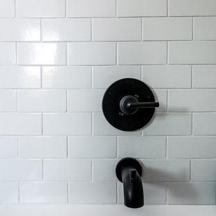 グランドラピッズの大きい北欧スタイルのおしゃれな子供用バスルーム (フラットパネル扉のキャビネット、白いキャビネット、アルコーブ型浴槽、オープン型シャワー、ベージュのタイル、セラミックタイル、白い壁、セラミックタイルの床、アンダーカウンター洗面器、珪岩の洗面台、緑の床、シャワーカーテン、白い洗面カウンター) の写真