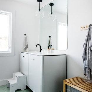 Diseño de cuarto de baño infantil, nórdico, grande, con armarios con paneles lisos, puertas de armario blancas, paredes blancas, suelo de baldosas de cerámica, lavabo bajoencimera, encimera de cuarcita, suelo verde y encimeras blancas