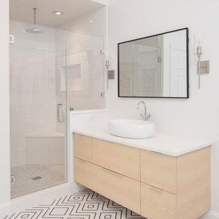 Свежая идея для дизайна: большая главная ванная комната в современном стиле с плоскими фасадами, бежевыми фасадами, двойным душем, раздельным унитазом, белой плиткой, зеркальной плиткой, белыми стенами, полом из мозаичной плитки, настольной раковиной, столешницей из искусственного кварца, белым полом, душем с распашными дверями, белой столешницей, сиденьем для душа, тумбой под одну раковину, подвесной тумбой и сводчатым потолком - отличное фото интерьера