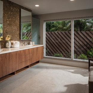 Esempio di una stanza da bagno padronale moderna di medie dimensioni con ante lisce, piastrelle marroni, lastra di pietra, pareti grigie, pavimento in gres porcellanato, lavabo sottopiano, top in marmo, pavimento beige, top beige e ante in legno scuro