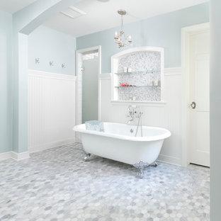 Foto de cuarto de baño tradicional con bañera con patas