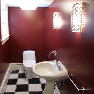 Imagen de cuarto de baño con ducha, tradicional, con armarios con rebordes decorativos, puertas de armario blancas, bañera con patas, sanitario de una pieza, baldosas y/o azulejos blancas y negros, baldosas y/o azulejos de cerámica, paredes rojas, suelo de baldosas de cerámica y lavabo con pedestal