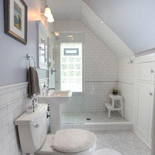 Ejemplo de cuarto de baño con ducha, clásico, de tamaño medio, con armarios con paneles empotrados, puertas de armario blancas, ducha abierta, sanitario de dos piezas, baldosas y/o azulejos grises, baldosas y/o azulejos blancos, baldosas y/o azulejos de piedra, paredes púrpuras, suelo con mosaicos de baldosas, lavabo con pedestal y encimera de acrílico
