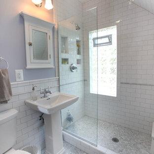 Esempio di una stanza da bagno con doccia tradizionale di medie dimensioni con lavabo a colonna, doccia aperta, piastrelle bianche, piastrelle diamantate, pareti viola, WC a due pezzi, pavimento con piastrelle a mosaico, doccia aperta e pavimento grigio